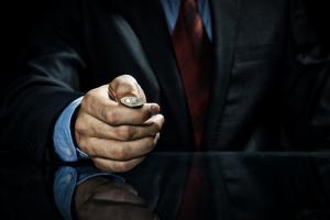 Нека хвърлянето на монета определя дали да купуваме или продаваме
